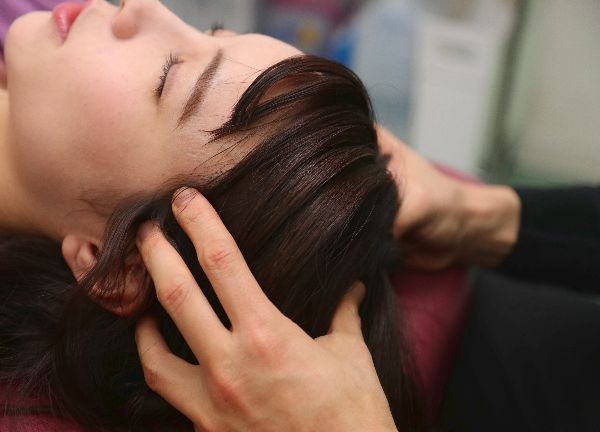 肩甲骨はがし専門梅田 中崎町整骨院の施術風景画像