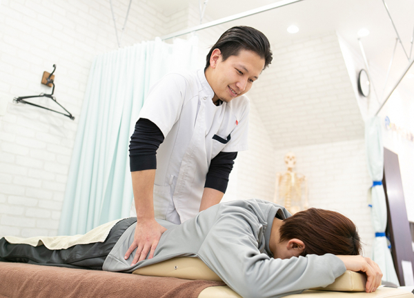 名駅すずらん鍼灸接骨院の施術風景画像