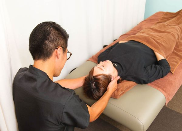 整体太郎と鍼灸花子の施術風景写真