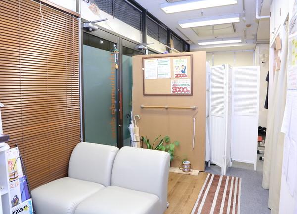 東梅田カイロプラクティック整体院の待合室画像