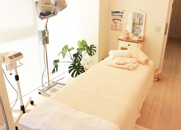 めぐむ美容鍼灸院の施術ベッド