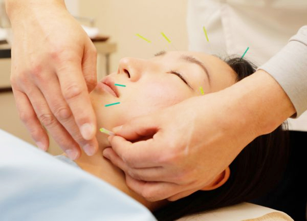 蘇摩鍼灸治療院竹内弘宜の施術風景画像