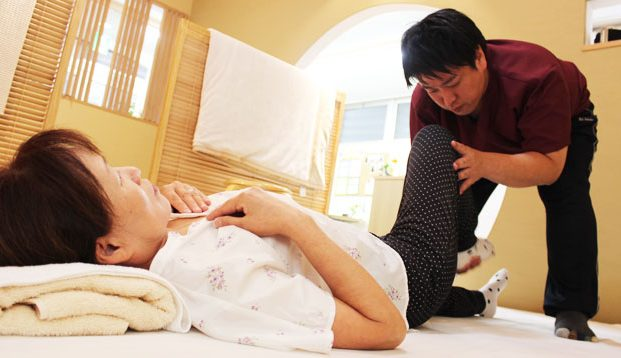 腰痛専門Shinso整たまつくりの施術風景画像