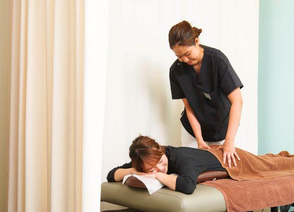 整体太郎と鍼灸花子の施術風景画像