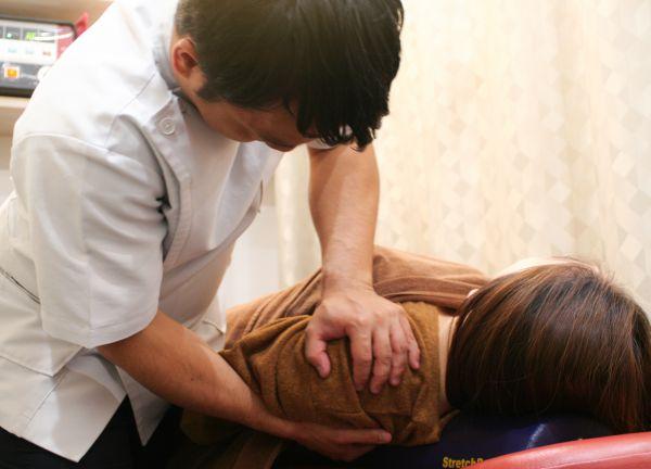 堺筋本町・もりわき骨盤鍼灸整骨院の施術風景画像