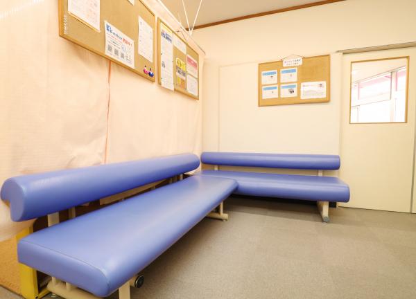 岡山腰痛センターの待合室画像