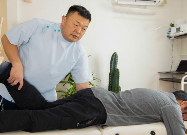 腰痛専門整体院やわらぎの施術風景画像