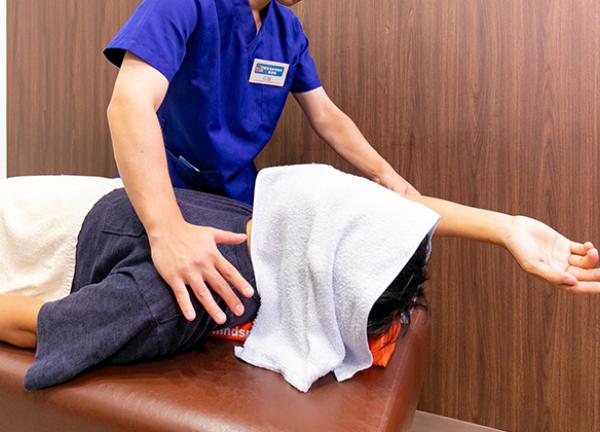 新津名倉堂鍼灸整骨院の施術風景画像